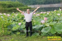 四川蓬溪县杨清种植田藕带村民一起致富
