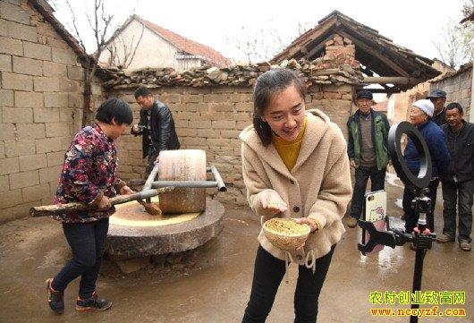 山东沂南90后大学生夫妻回乡创业网络直播销售农产品成网红
