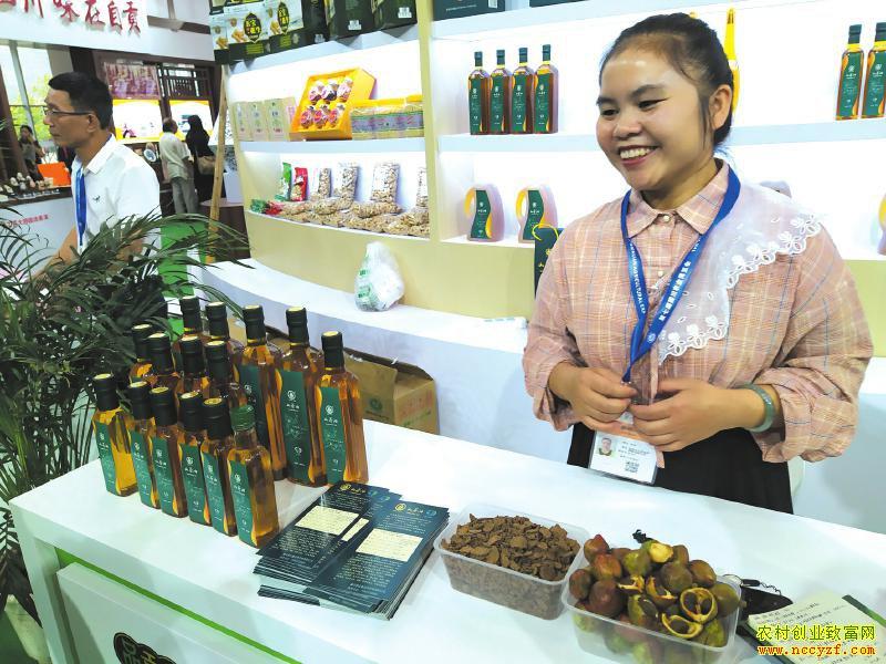 张瑜在农博会介绍山茶油